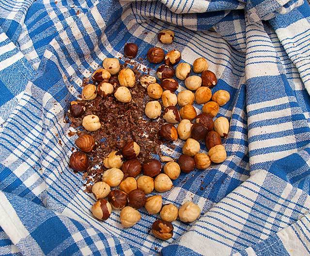 Removing the skin on hazelnuts