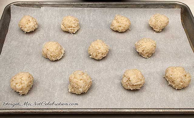 Macaroons ready to bake